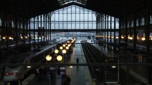 « Géographie humaine » cop. Les Films d'Ici Géographie humaine Un film sur et dans une gare… oui, à la Gare du Nord, la plus grande gare d'Europe, la troisième du monde… Bien sûr un lieu excessif, démesuré pour un film. C'est un lieu ouvert, moderne et ancien. Et puis la Gare du Nord c'est 5 à 6 gares enchâssées les unes sur les autres : la gare du RER, du métro, la gare des trains de banlieue, la gare des trains