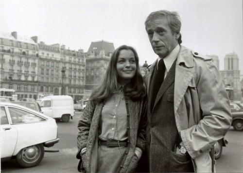 © Costa-Gavras Yves Montand et Romy Schneider en repérage pour le film Clair de femme, 1978